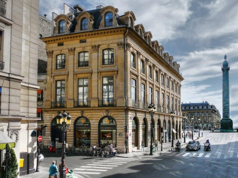 בעקבות הבתים, מסע בזמן בעקבות הבתים של כיכר ונדום פריז