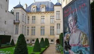 מוזיאון קוניאק ז'ה פריז מבט מהגינה לאוטל דונון